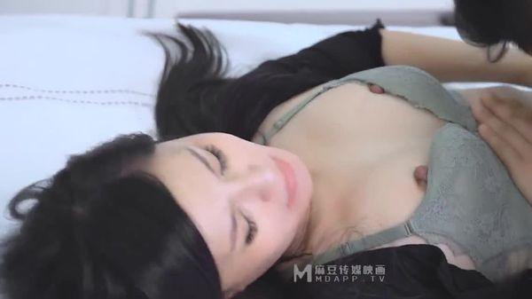 MD0102 女优面试员 轻熟女优首度AV拍摄