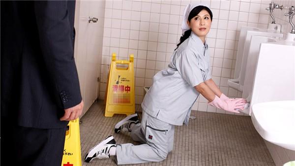 パコパコママ 021019_031 便所で闷える清楚な扫除妇